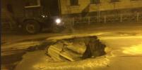 Иномарка провалилась в яму с кипятком в Петербурге