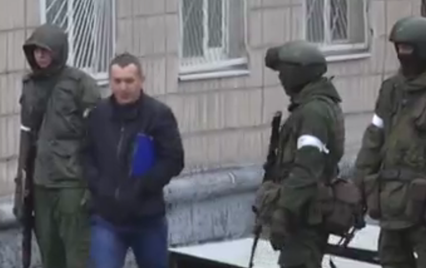 Центр Луганска перекрыли БТР, в ЛНР отключили телевидение. Фото все - скриншот видео https://vk.com/wall-82643692_82532