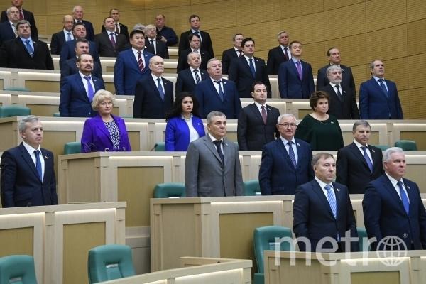 Депутаты перед началом заседания Совета Федерации РФ. Фото Илья Питалев, РИА Новости