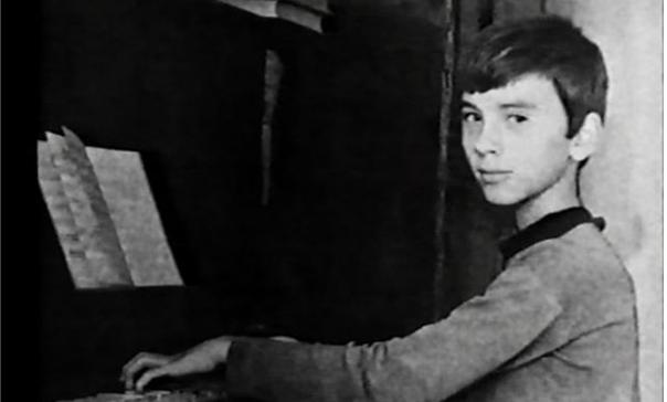 Дмитрий Хворостовский за пианино в детстве.