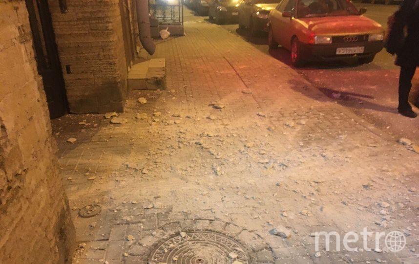 Фото от дома №10 по Херсонской после обрушения штукатурки. Фото vk.com