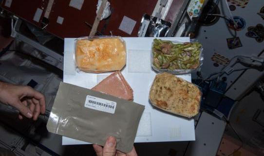 Праздничный ужин на МКС.