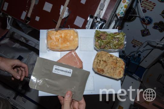 Праздничный ужин на МКС. Фото NASA