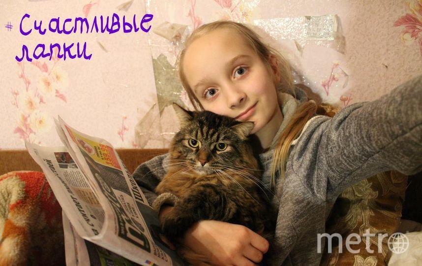 """на фото Алиса Васильевская и кот Пуш.  """"В нашей кроватке- счастливые лапки!""""."""