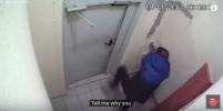 В Балашихе пьяный мужчина три часа не мог найти кнопку выхода из подъезда. Видео