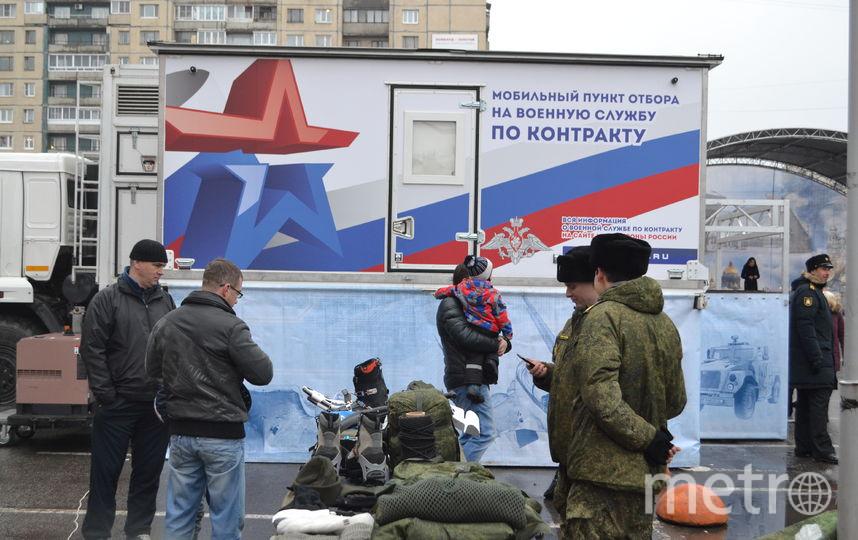 Рядом с парком Малиновка сегодня неожиданно для жителей появился мобильный пункт отбора на военную службу. Фото Ольга Рябинина.
