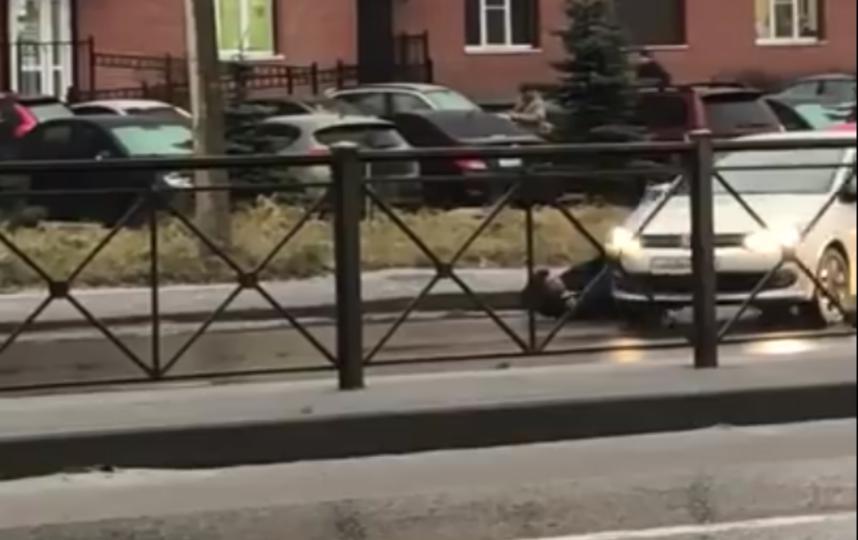 Во Всеволожске таксист сбил мужчину на глазах у ребенка и жены.