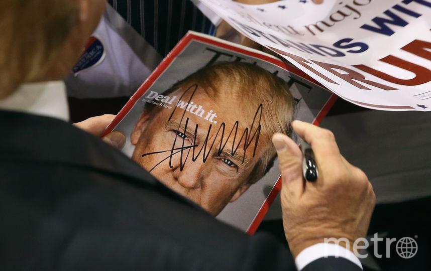 Президент США Дональд Трамп держит в руках журнал Time. Фото Getty