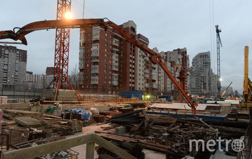 Чиновники проинспектировали строительство новых станций. Фото все - Святослав Акимов.
