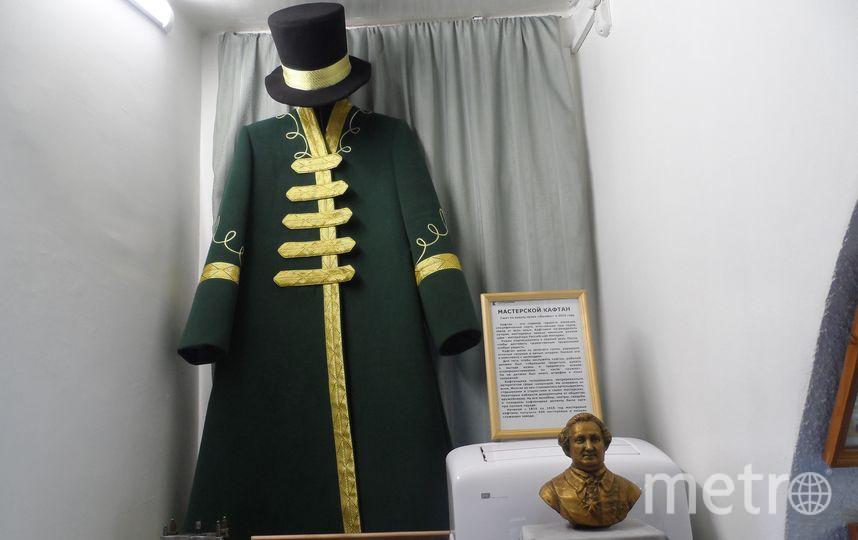 Экспонаты музея Ижмаш - зеленый кафтан, которым награждались заводские оружейные.