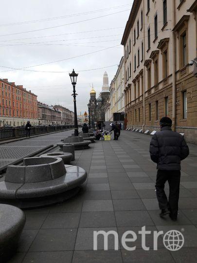 Скамейки на набережной канала Грибоедова превратились в лотки для торговли.