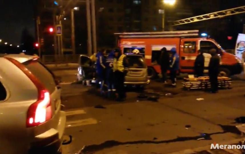 Легковушка влетела в фургон после столкновения слосём вСланцевском районе