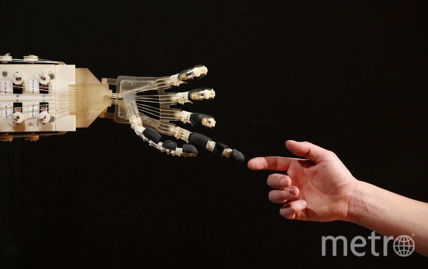Человек и робот. Фото Getty