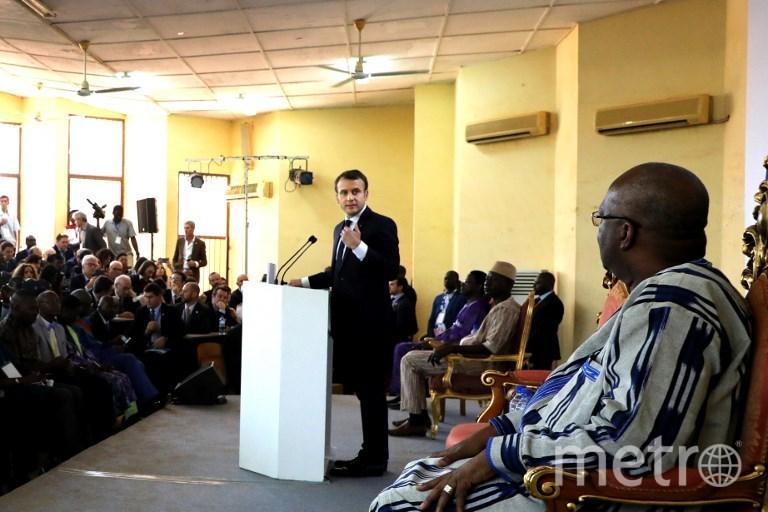 Эммануэль Макрон во время визита в Буркина-Фасо. Фото AFP