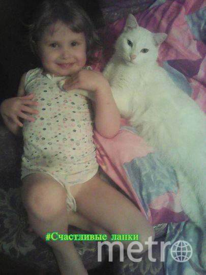 "МЕня зовут Бобаченко Светлана, на фото моя дочка Даша со своим котиком по кличке ""Батон""."