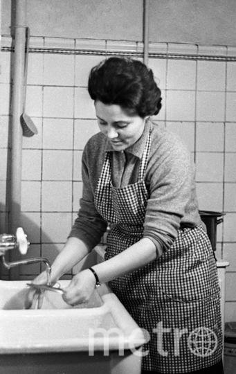 Марина Попович, жена летчика-космонавта СССР Павла Поповича, на кухне. Фото РИА Новости