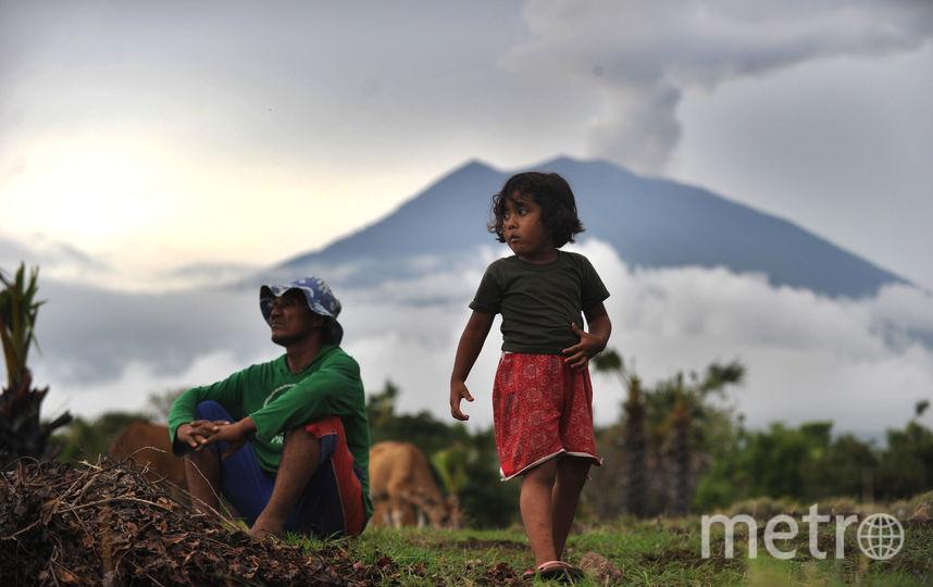 Местные жители в поблизости от вулкана. Фото AFP
