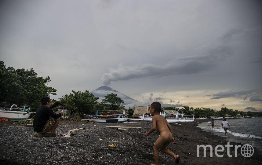 Местные жители поблизости от вулкана. Фото AFP