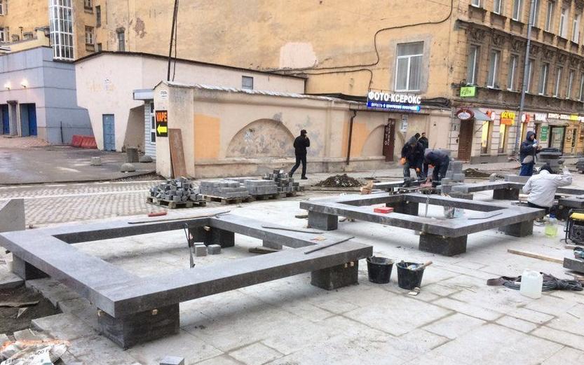 """Горожане жалуются на гранитные скамейки в центре города. Фото """"Metro"""""""