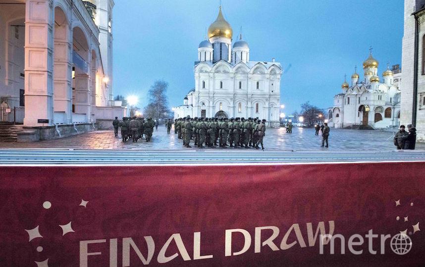 Солдаты у Кремлёвского дворца, где прошла жеребьёвка. Фото AFP