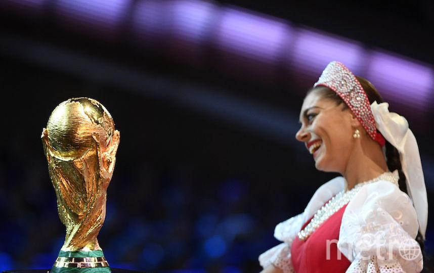 Кубок мира и артистка ансамбля Моисеева. Фото AFP