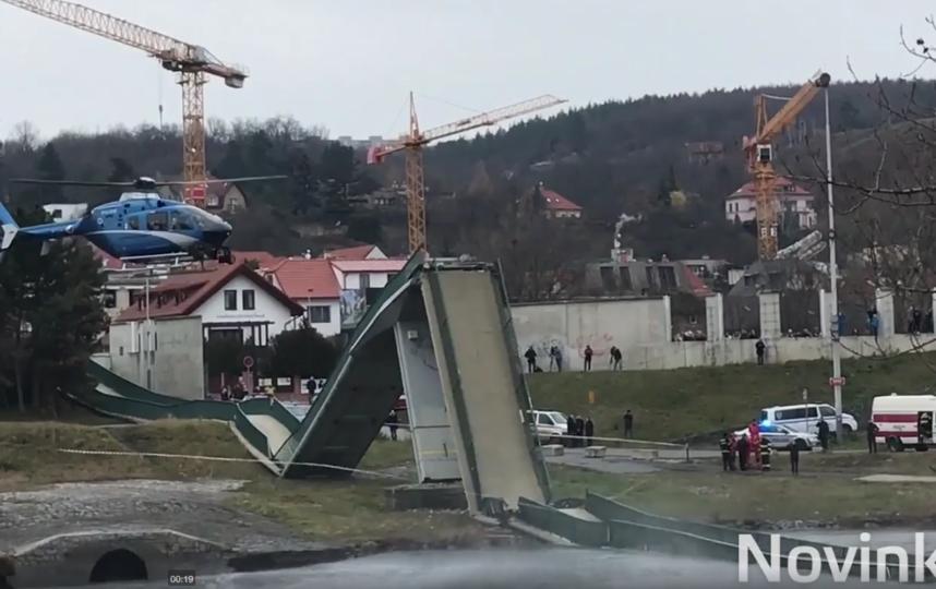 В Праге упал мост, пострадало четверо человек. Фото Скриншот видео m.novinky.cz