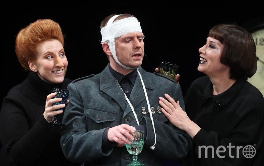 Актёры спектакля Ренаты Литвиновой на сцене театра. Фото ТАСС | Артём Коротаев