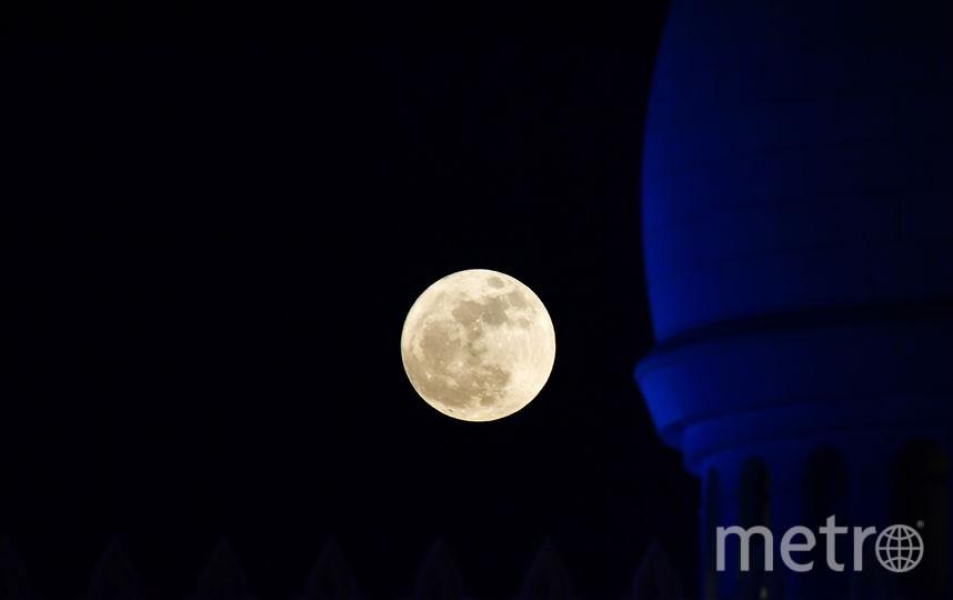 Суперлуна в ОАЭ, Абу-Даби. Фото AFP