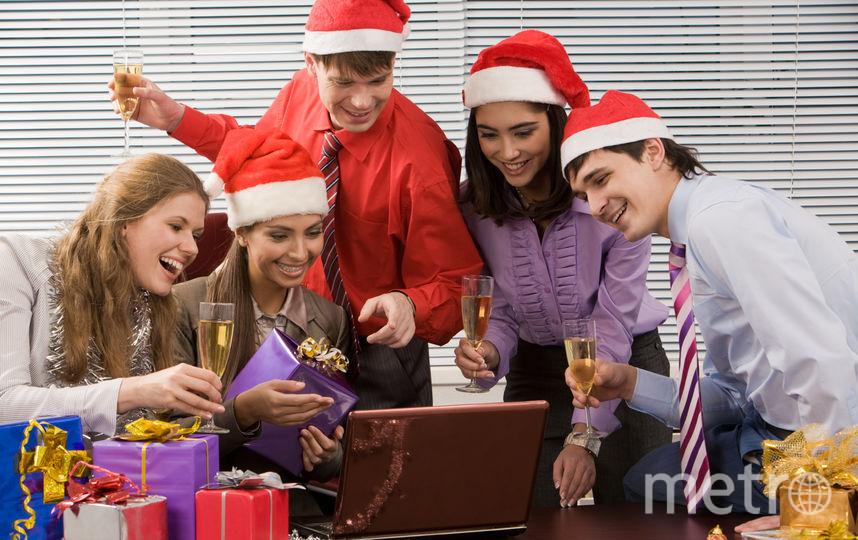 Коллег на новогоднем корпоративе лучше заранее попросить ничего не снимать на телефоны – или не выкладывать в Сеть: иначе придётся объясняться с отделом кадров по поводу аморалки | pressfoto.
