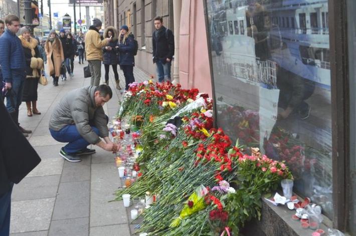 """В Петербурге закрасили граффити, посвященное жертвам теракта в метро. Фото """"Metro"""""""