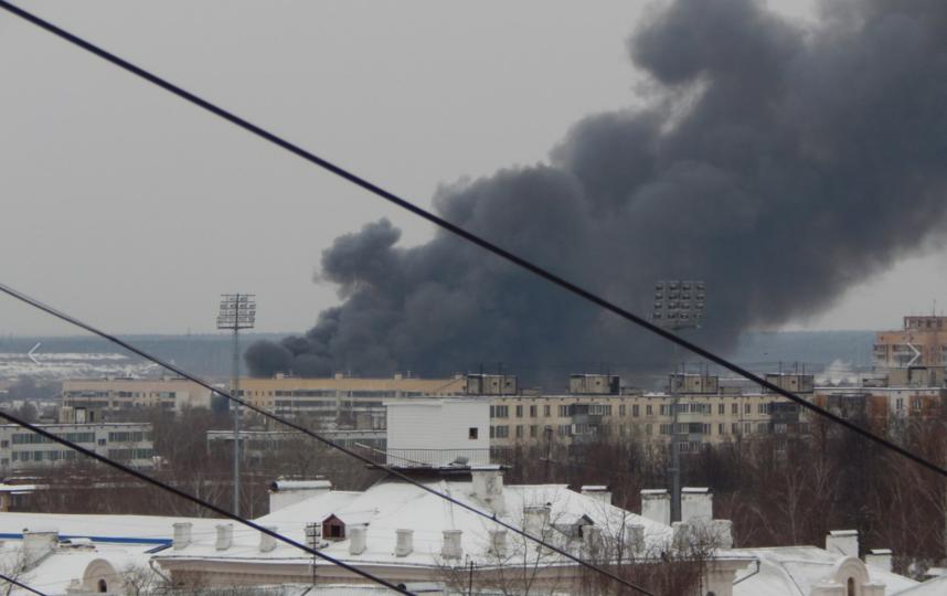 Вадминистративном помещении вСерпухове гасят мощный пожар