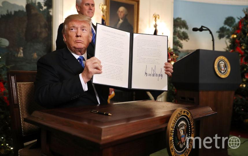 В Дипломатической приемной в Белом доме Трамп подписал соответствующий документ. Фото Getty