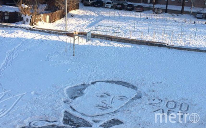 Семен Бухарин работает в лицее №25 Ижевска и рисует на снегу лопатой и метлой.