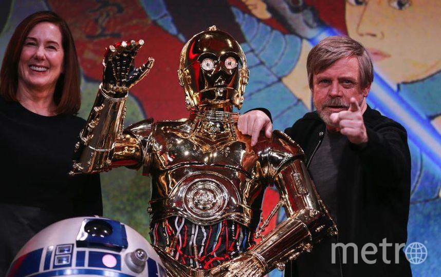 """Команда """"Звездных войн"""" отправилась в мировое турне. Кэтлин Кеннеди, C-3PO и Марк Хэмилл. Фото Getty"""