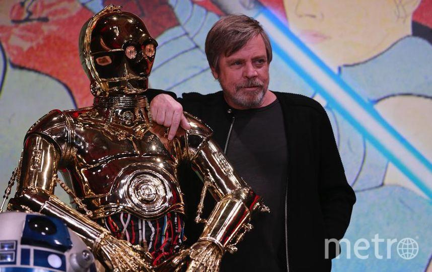 """Команда """"Звездных войн"""" отправилась в мировое турне. Робот C-3PO и Марк Хэмилл. Фото Getty"""