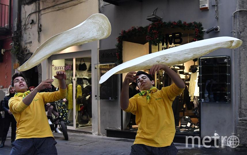 Мастера-пиццайоло выступают в Неаполе. Фото AFP