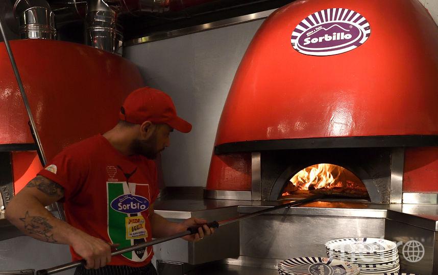 Приготовление неаполитанской пиццы. Фото AFP