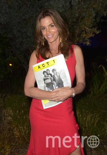 Синди Кроуфорд в красном затмила Пэрис Хилтон на вечеринке в Майами. Фото Getty