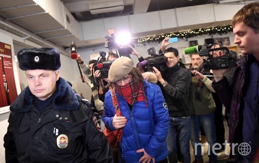 Сотрудники полиции задерживают нарушителя. Фото РИА Новости