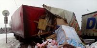 После ДТП с фурами в Ленобласти дорогу засыпало коробками