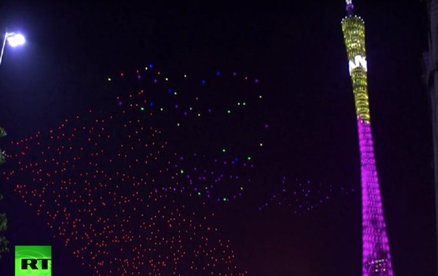 В небо над Гуанчжоу поднялись сотни дронов. Фото RT, Скриншот Youtube