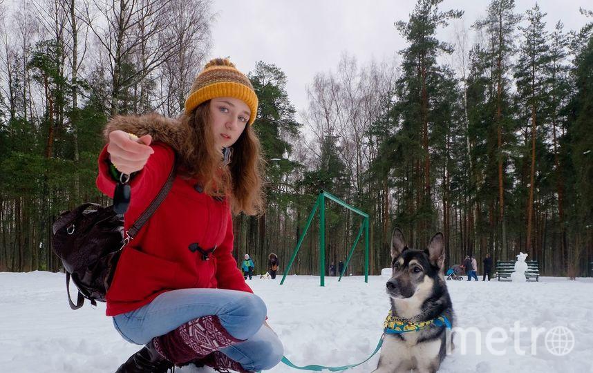 """Аня учится на ветеринара и работает в клубе дрессировки «Каштанка Добрый Пёс». Все трюки обязательно проверяет на своём друге Каспере. Фото Алена Бобрович, """"Metro"""""""