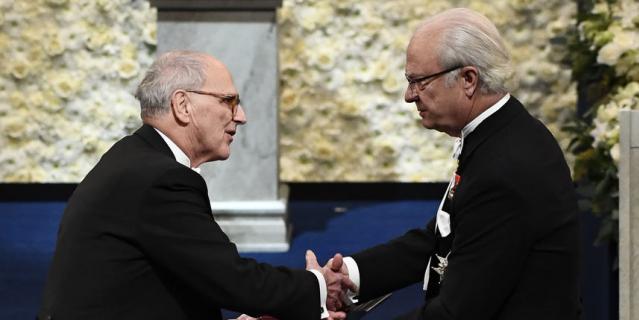 Король Швеции вручает награду обладателю Нобелевской премии по физике Райнеру Вайсу.