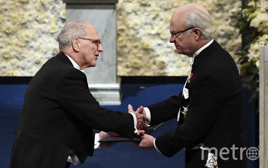 Король Швеции вручает награду обладателю Нобелевской премии по физике Райнеру Вайсу. Фото AFP