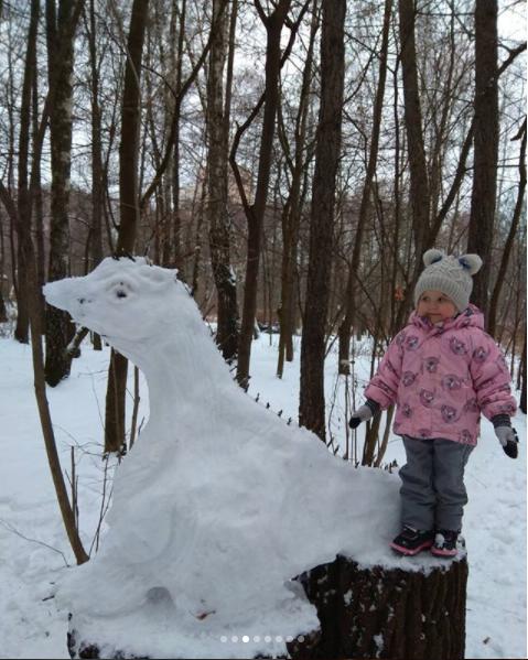 Снежный динозавр. Фото Скриншот instagram.com/kate_lobacheva77/?hl=ru