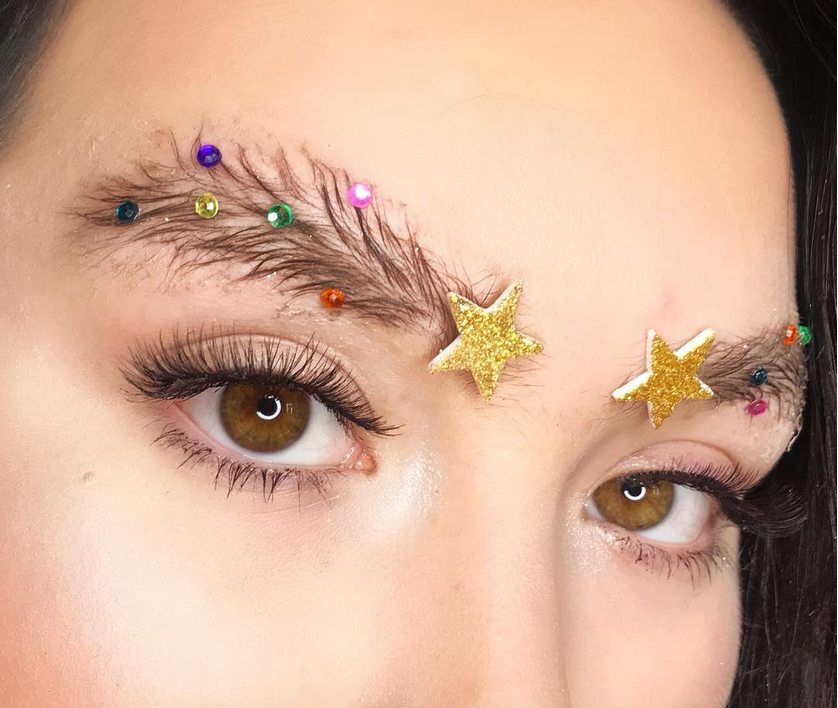 Новый тренд - брови елочкой. Фото Скриншот instagram.com/blend_beautybar/