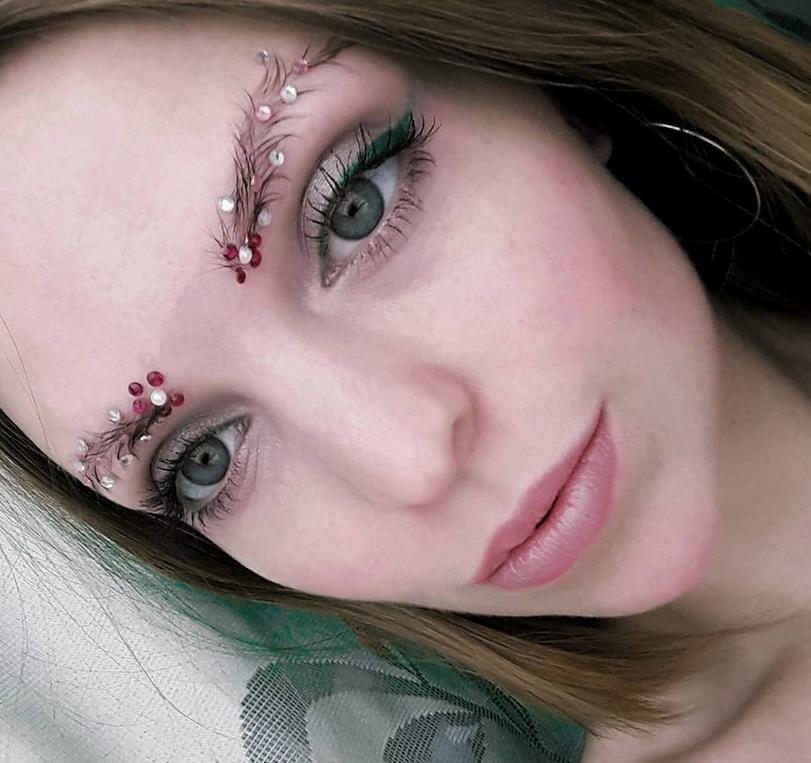 Новый тренд - брови елочкой. Фото Скриншот https://www.instagram.com/koz_lova_lova_lova/