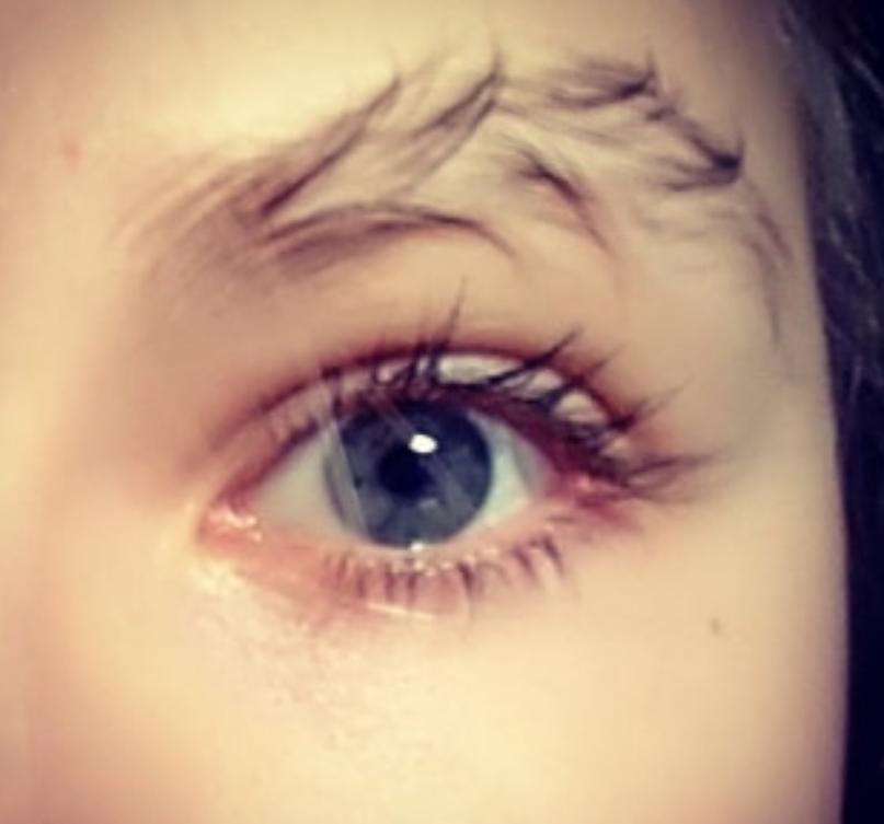 Новый тренд - брови елочкой. Фото Скриншот instagram.com/taytay_xx/
