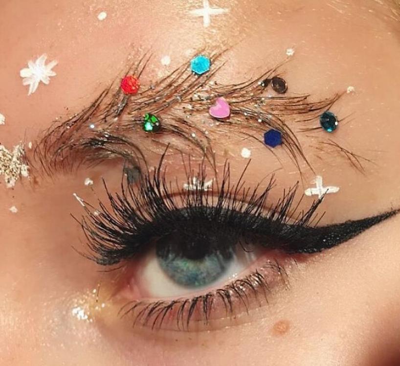 Новый тренд - брови елочкой. Фото Скриншот https://www.instagram.com/popmyvibe/