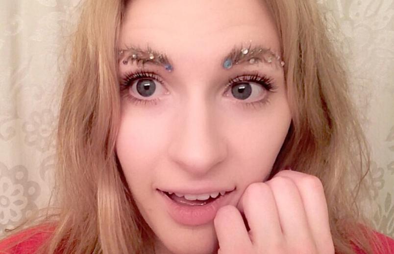 Новый тренд - брови елочкой. Фото Сриншот https://www.instagram.com/mewmewlea/